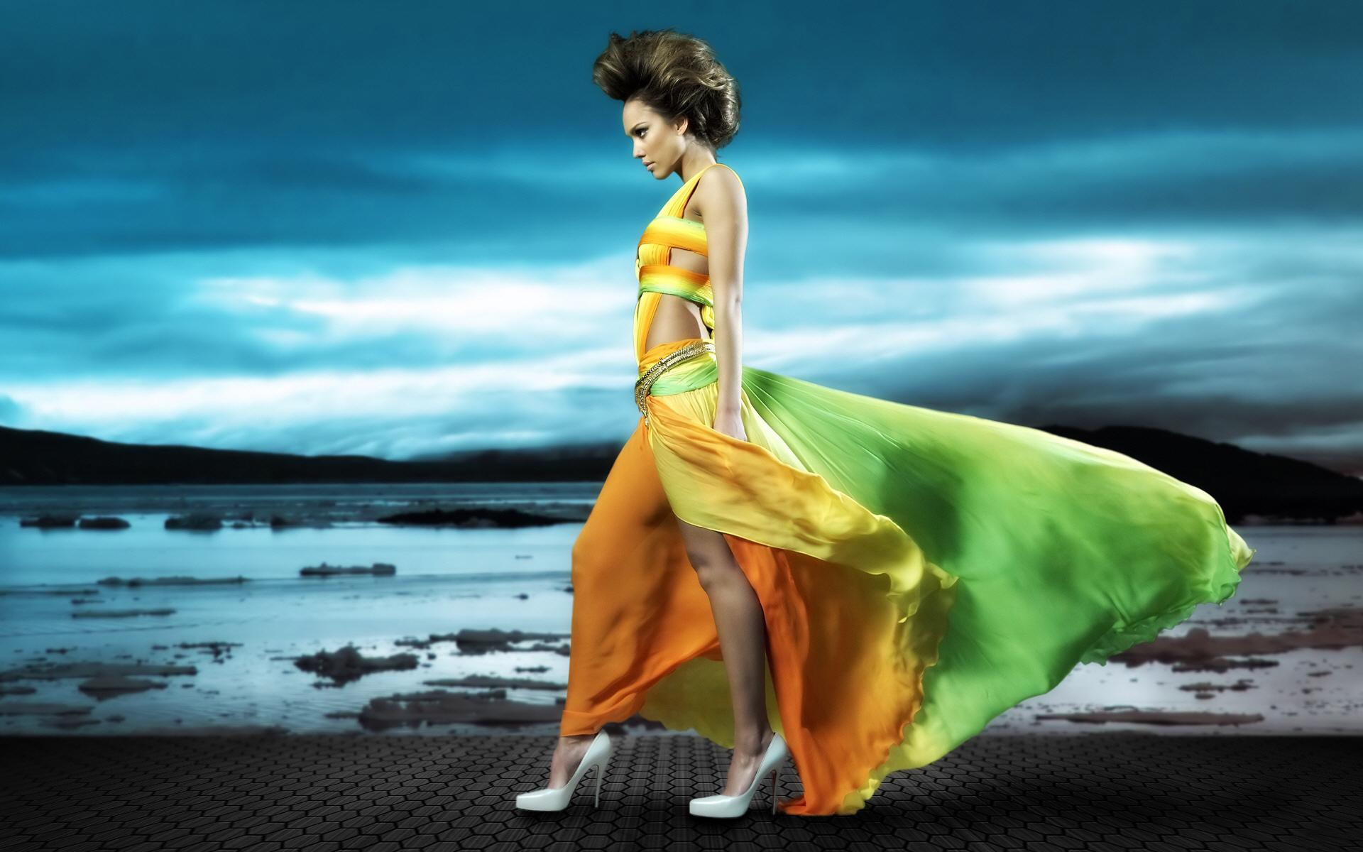 Девушка на пляже в развивающимся на ветру плье без смс