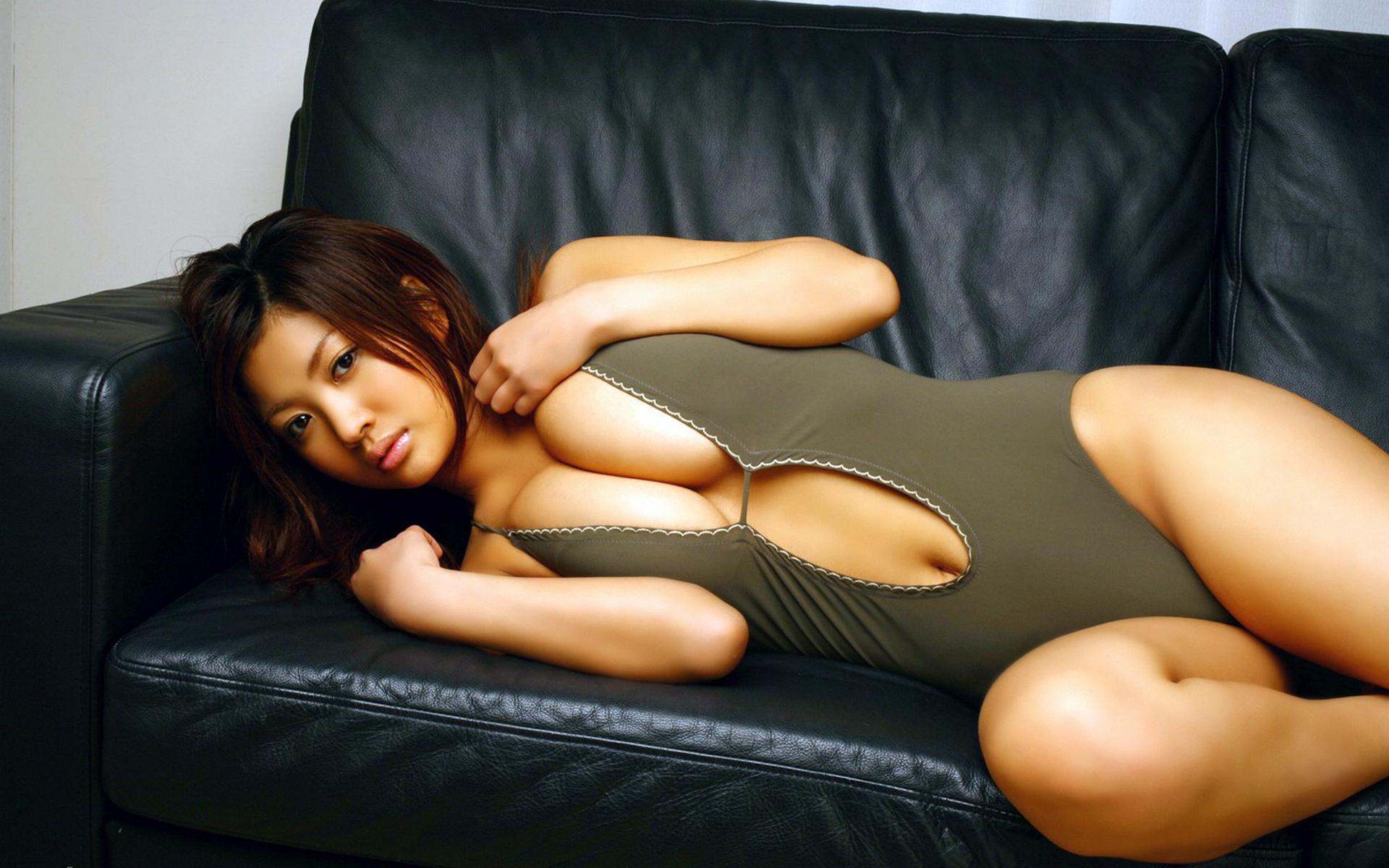 Сексуальная азиатка на глазах бойфренда снимает бикини  384589