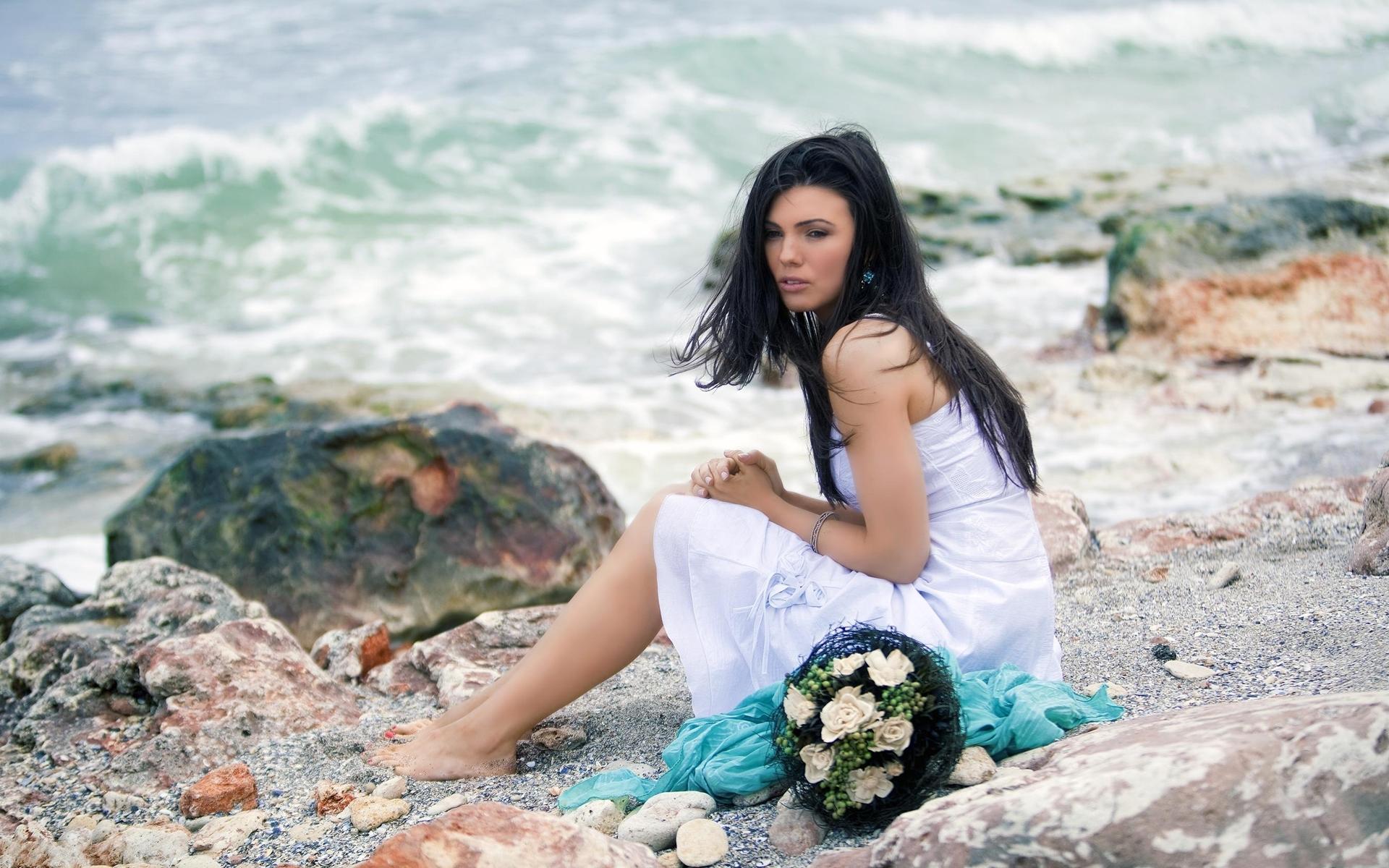 девушка море белое платье брюнетка скачать