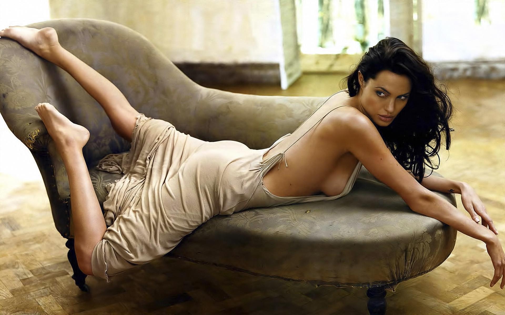 Undressing beauty Nora Noir caught on camera in her living room № 491428  скачать