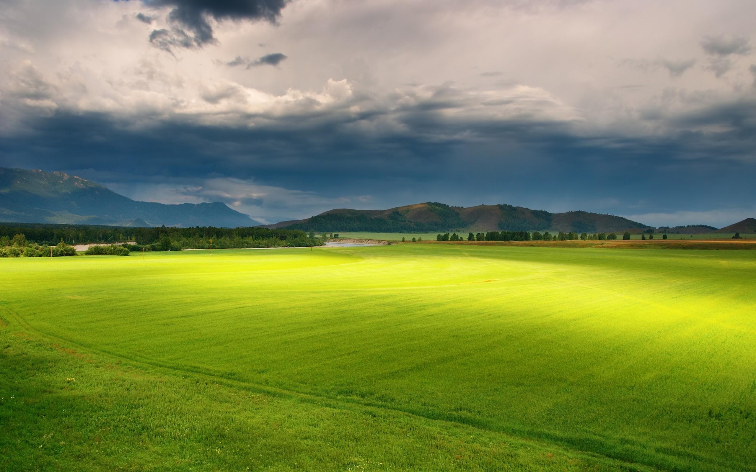 Горы поле деревья трава облака небо природа бесплатно