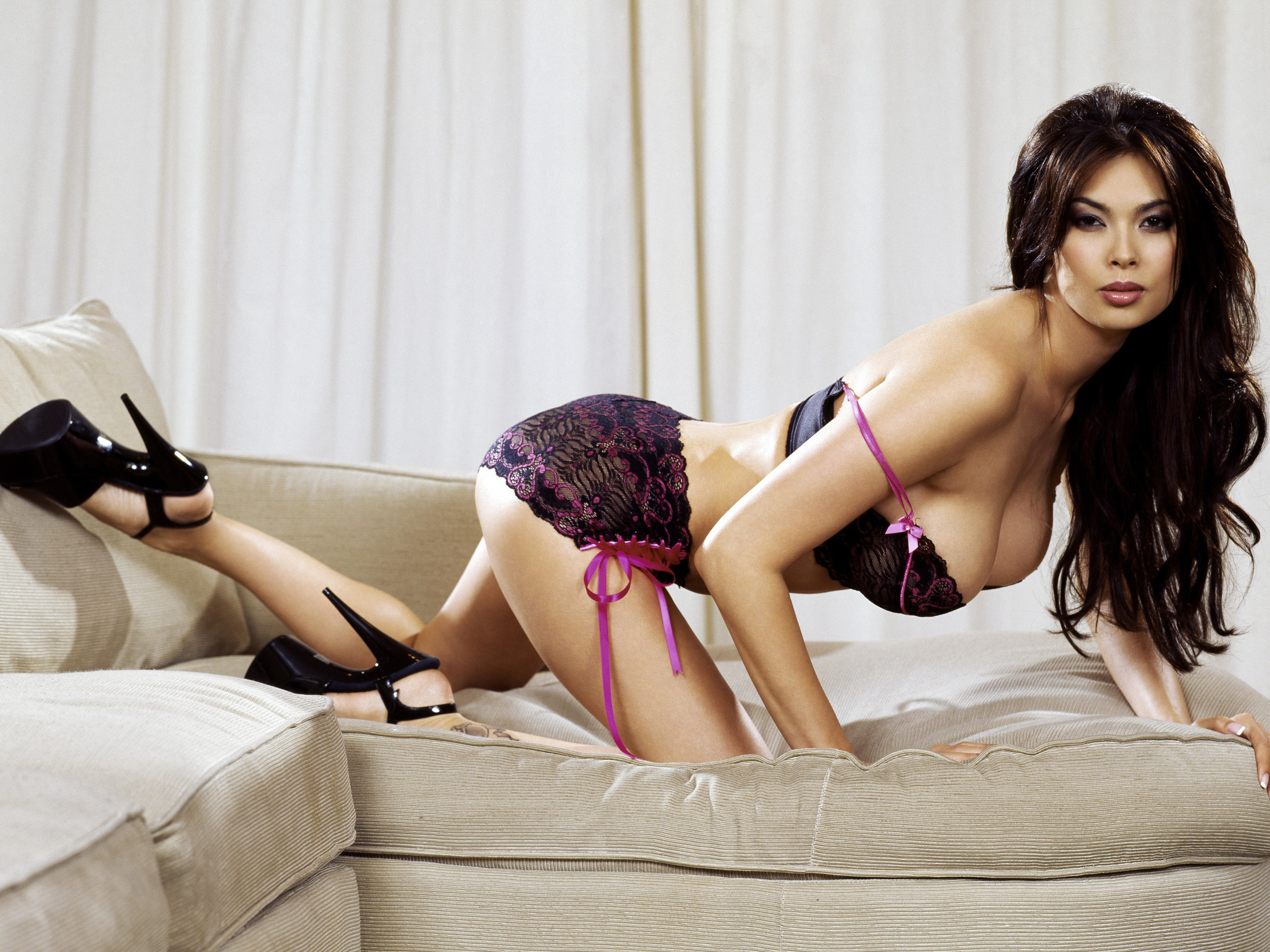 Foxy Savannah Stern shows off her hot ass in lingerie and high heels. № 242068 бесплатно