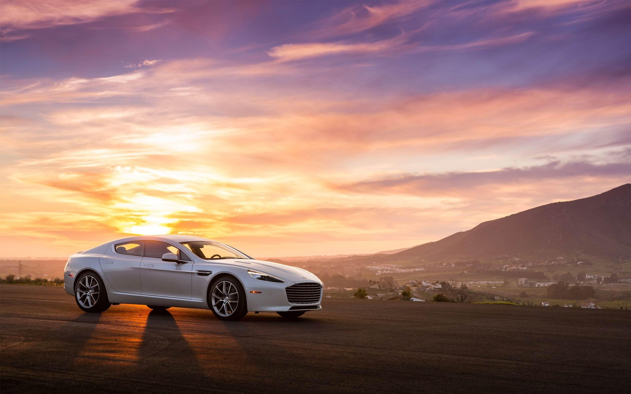 Aston martin на пустынной дороге скачать