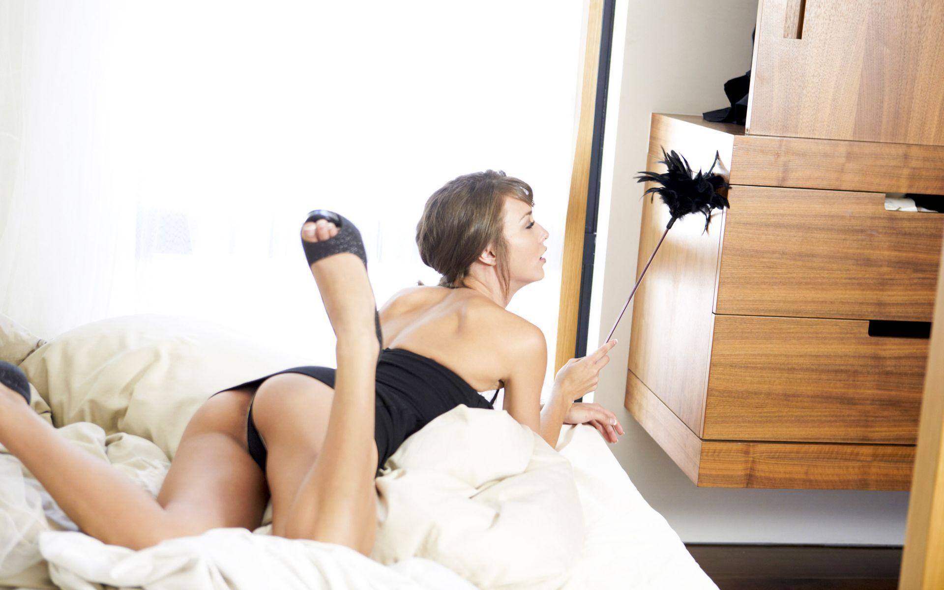 Сексапильная брюнетка делает минет половому партнеру  302547