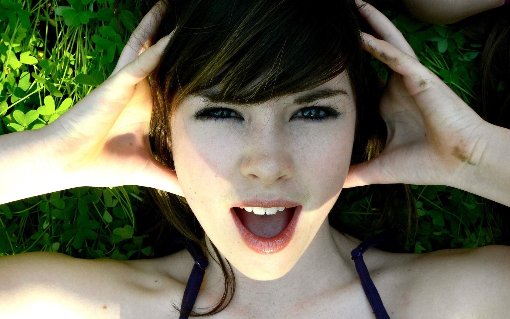 Сперма на лицах молодых девиц крупным планом  220458