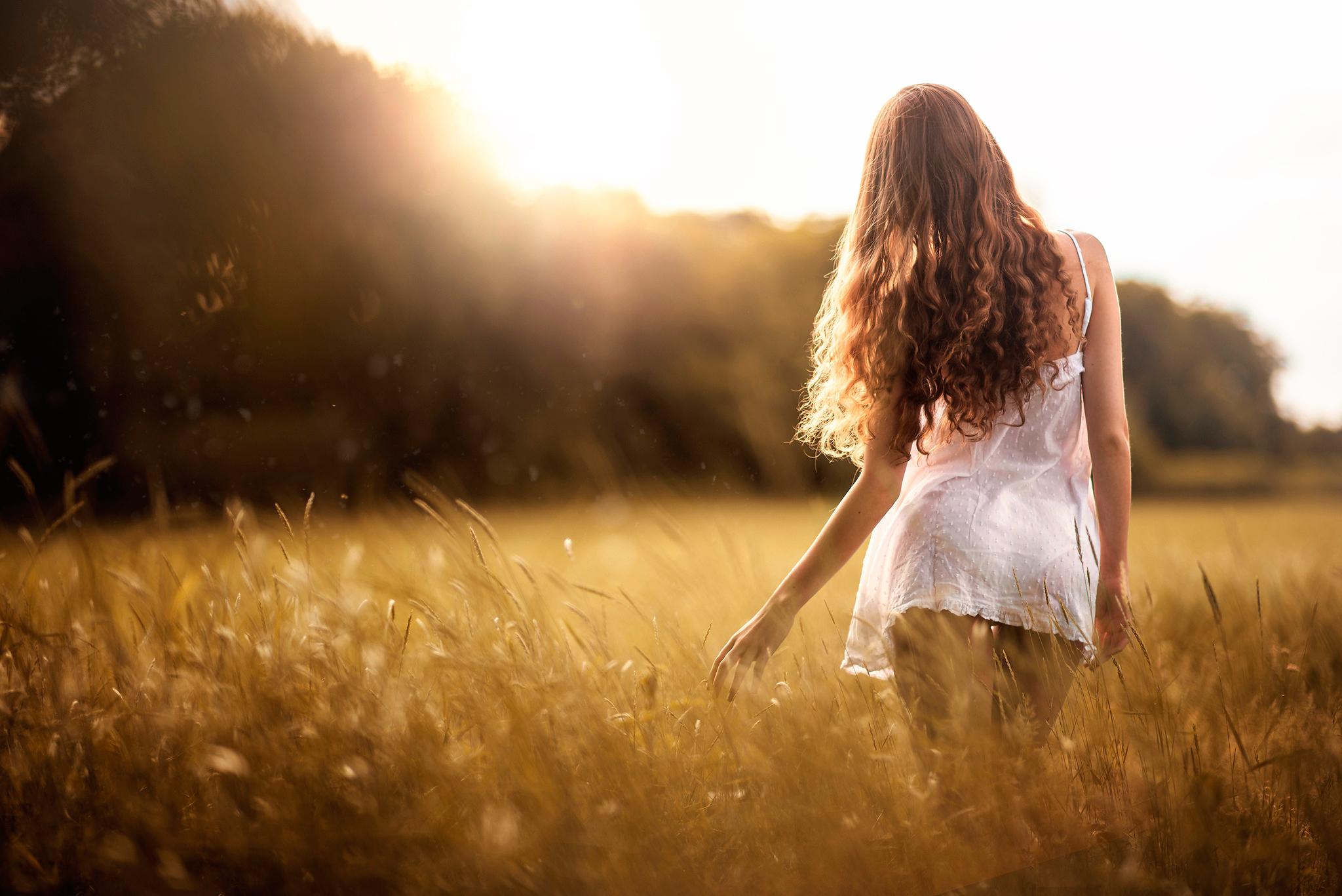 Нежная блондинка гуляет в поле жарким летом и раздевается  439863
