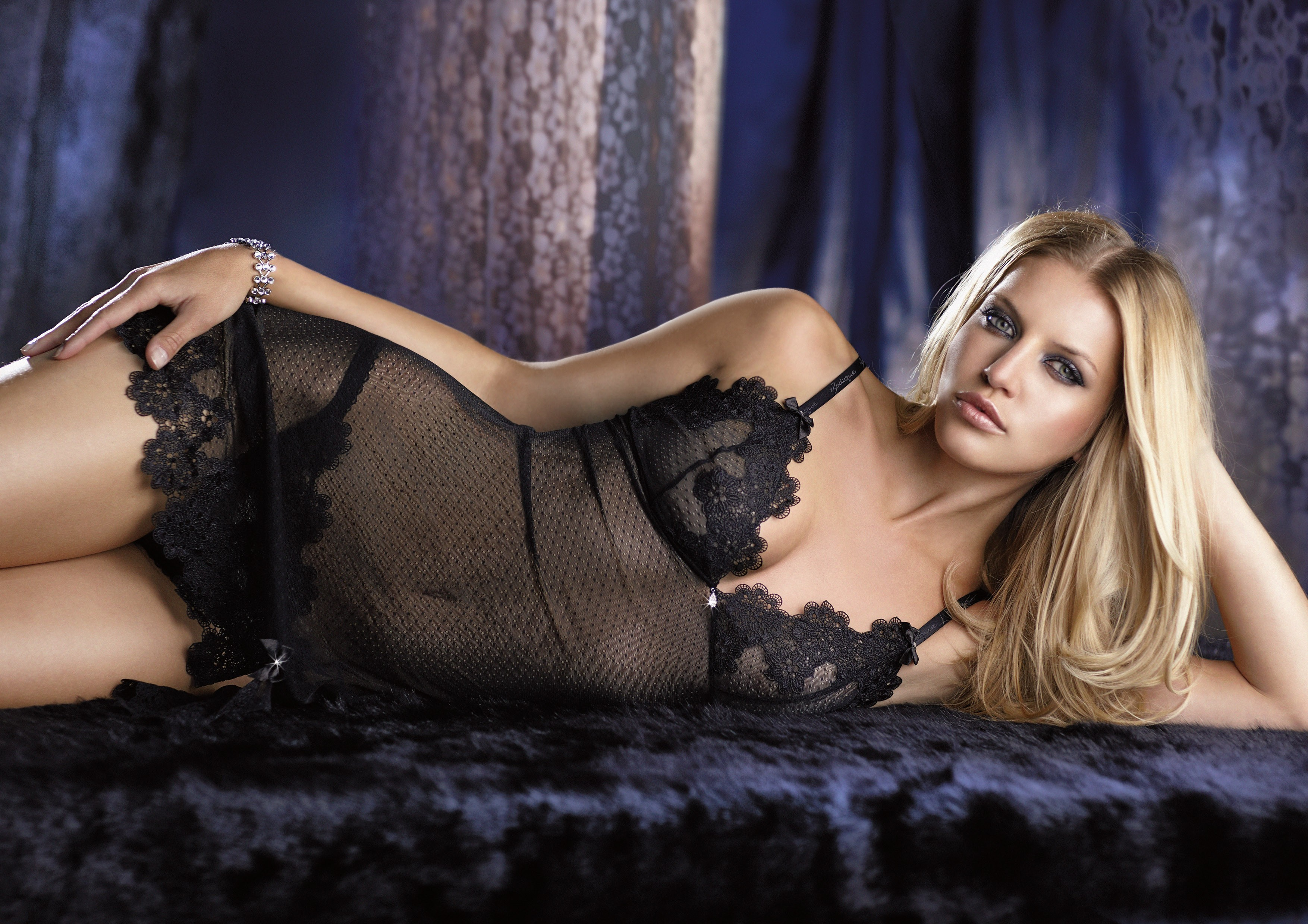 Gorgeous blonde Holly Taylor showing it all in black erotic lingerie № 337928 бесплатно