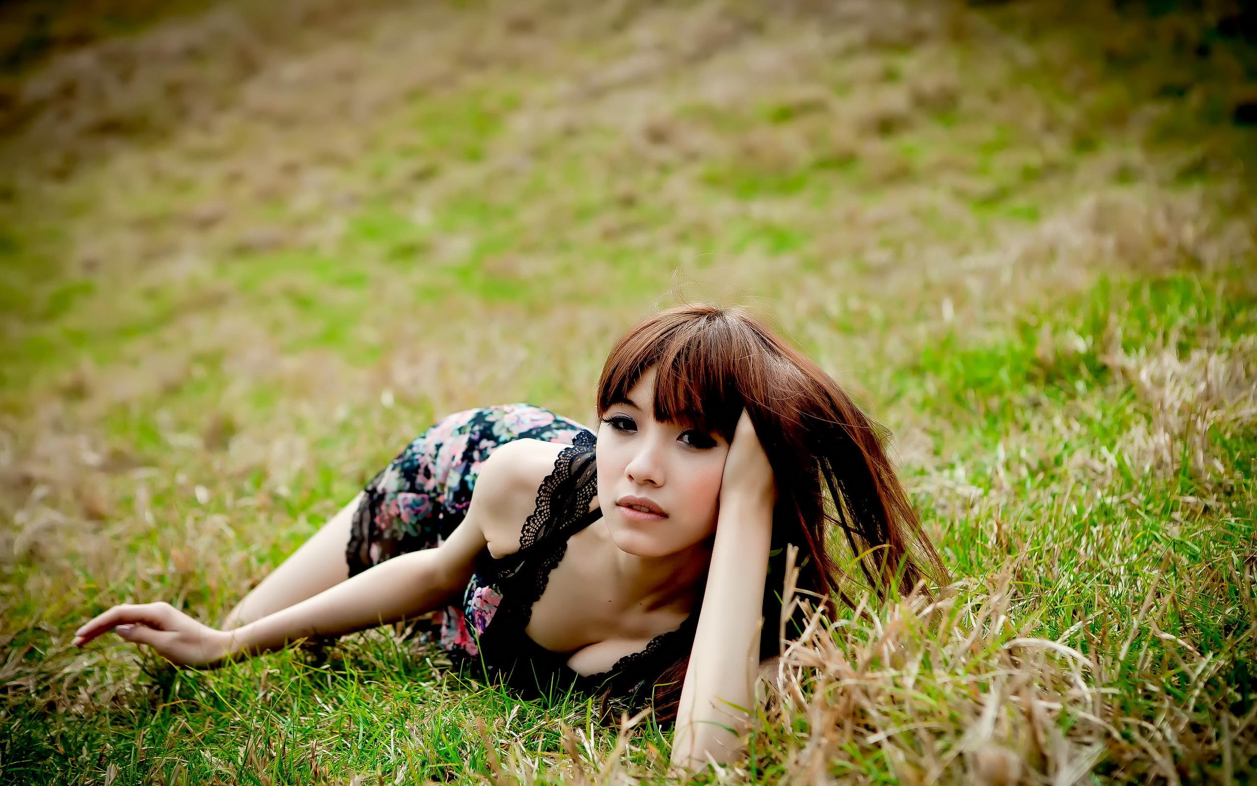 природа трава девушка черное платье  № 636836 без смс