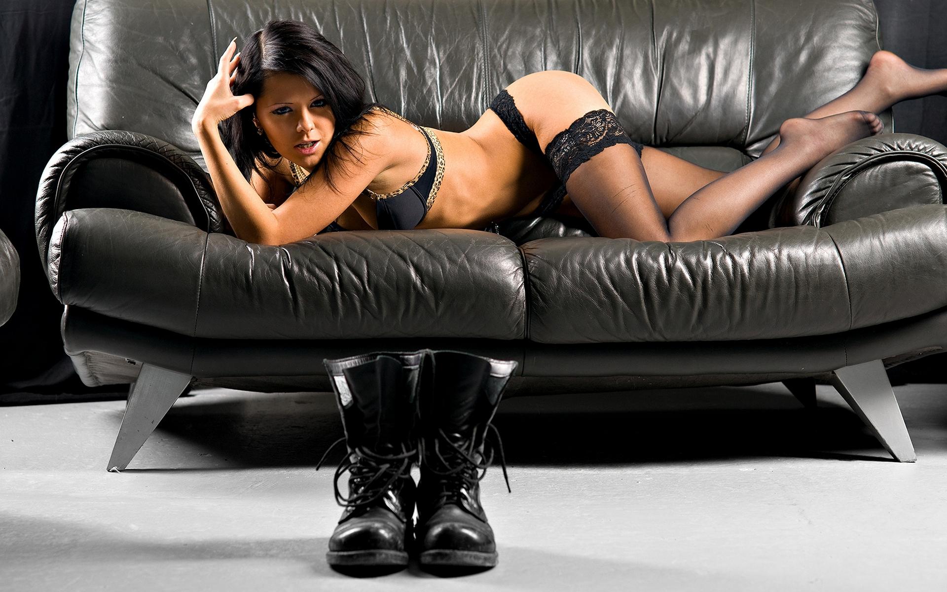 Девушка брюнетка на диване  № 651834  скачать