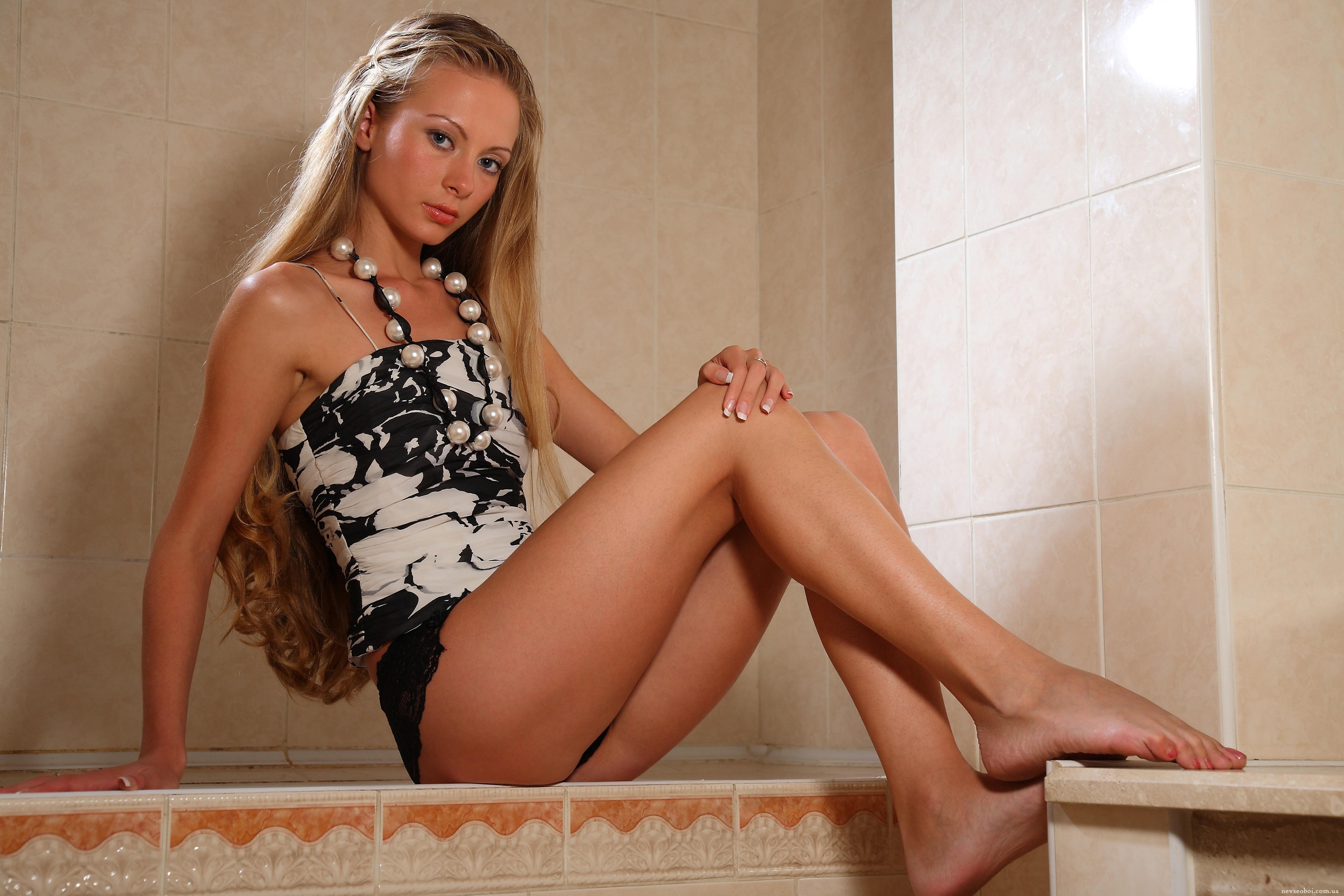 Брюнетка раздвинула волосатую киску в ванной  545281