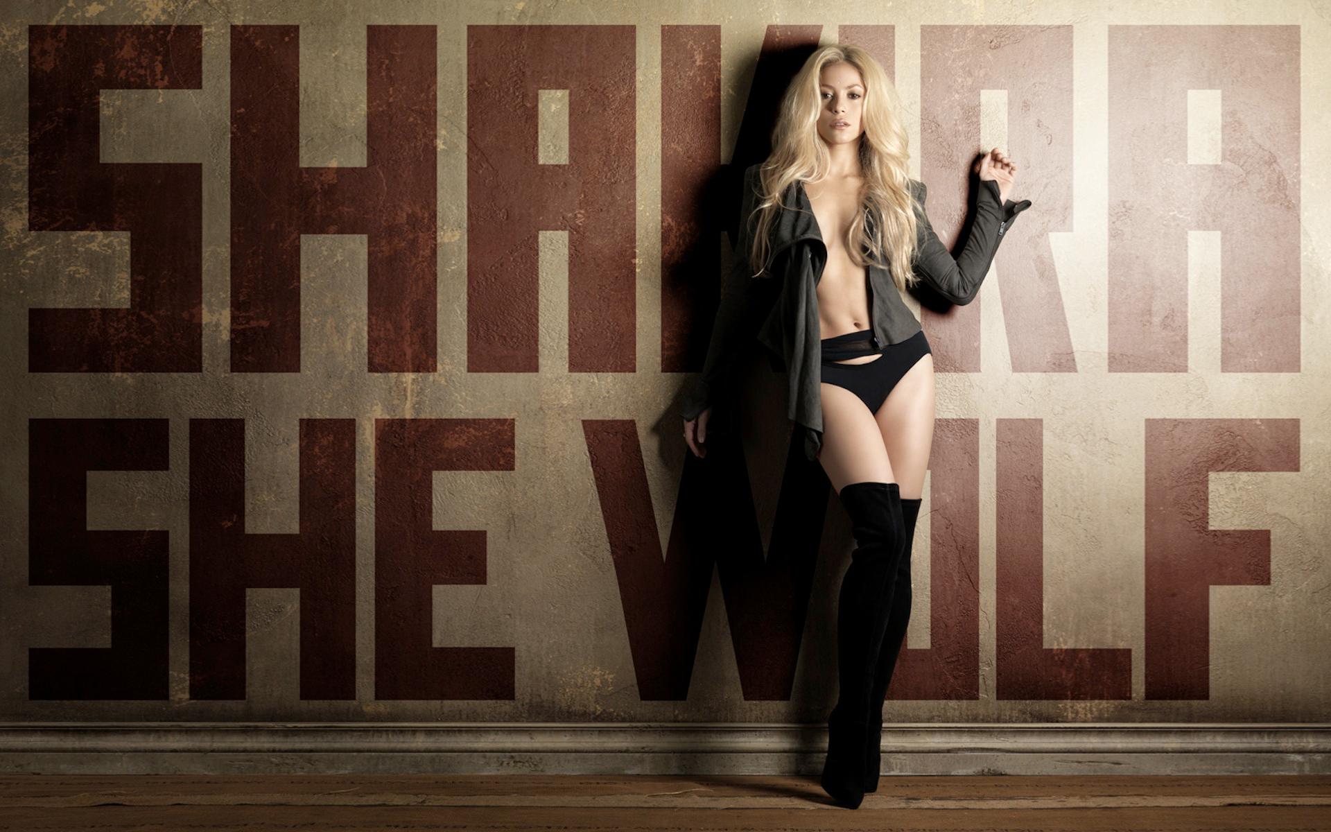 Девушка у стены скачать