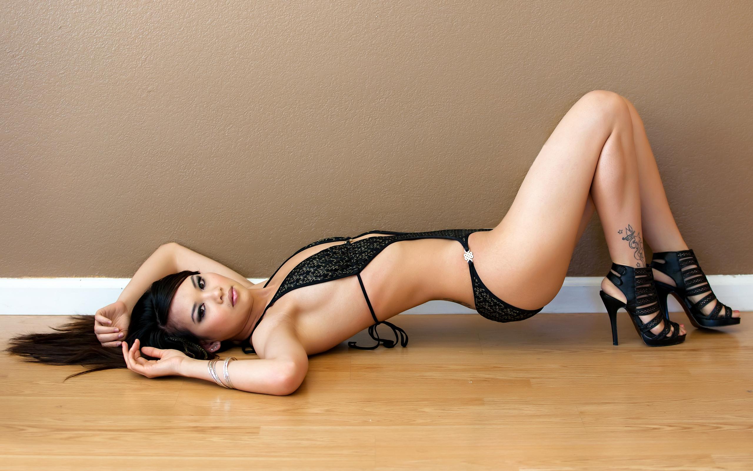 Голая милашка в сапожках лежит на полу постелив полушубок  712767