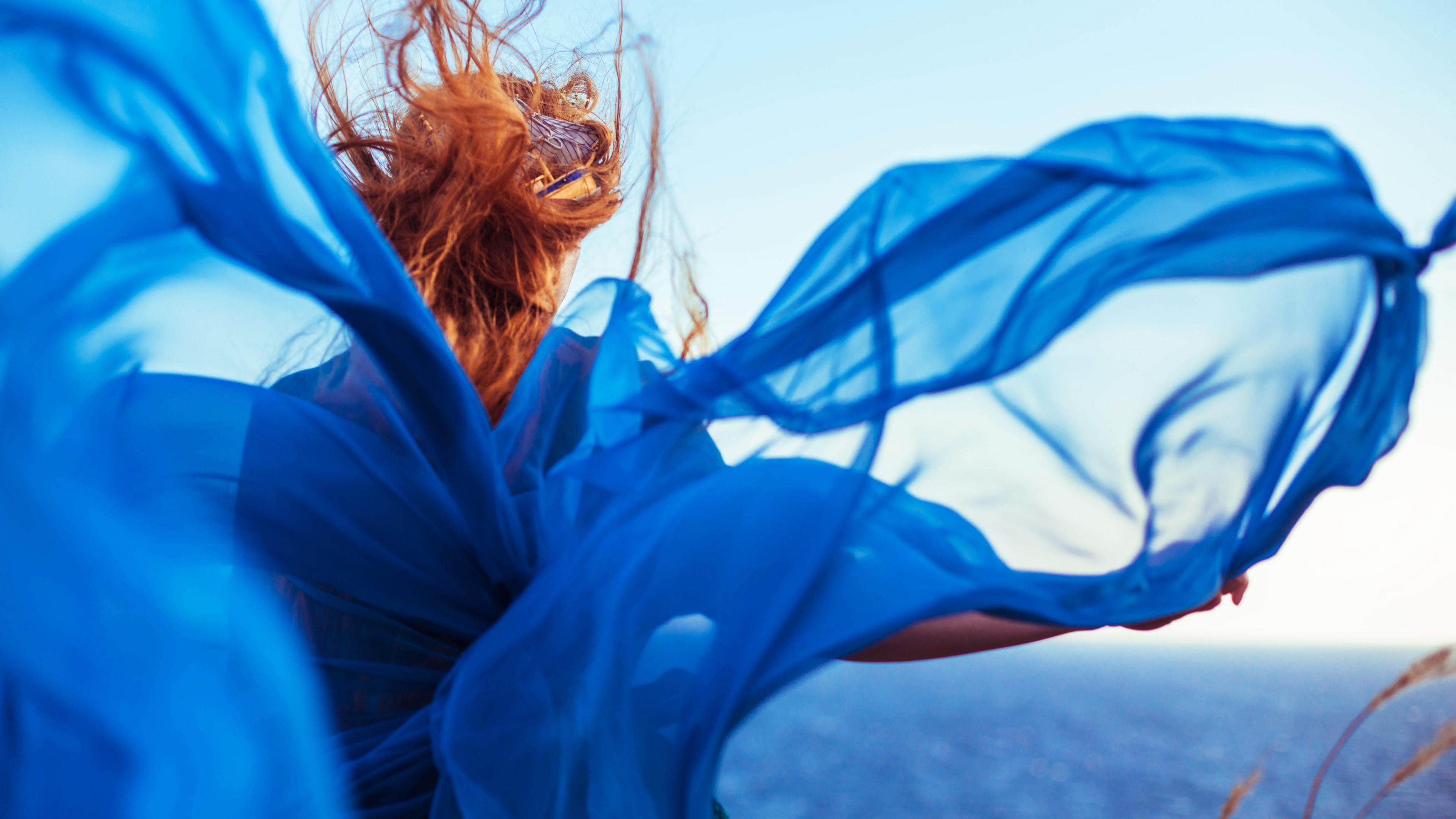 Девушка синий желтый платье без смс