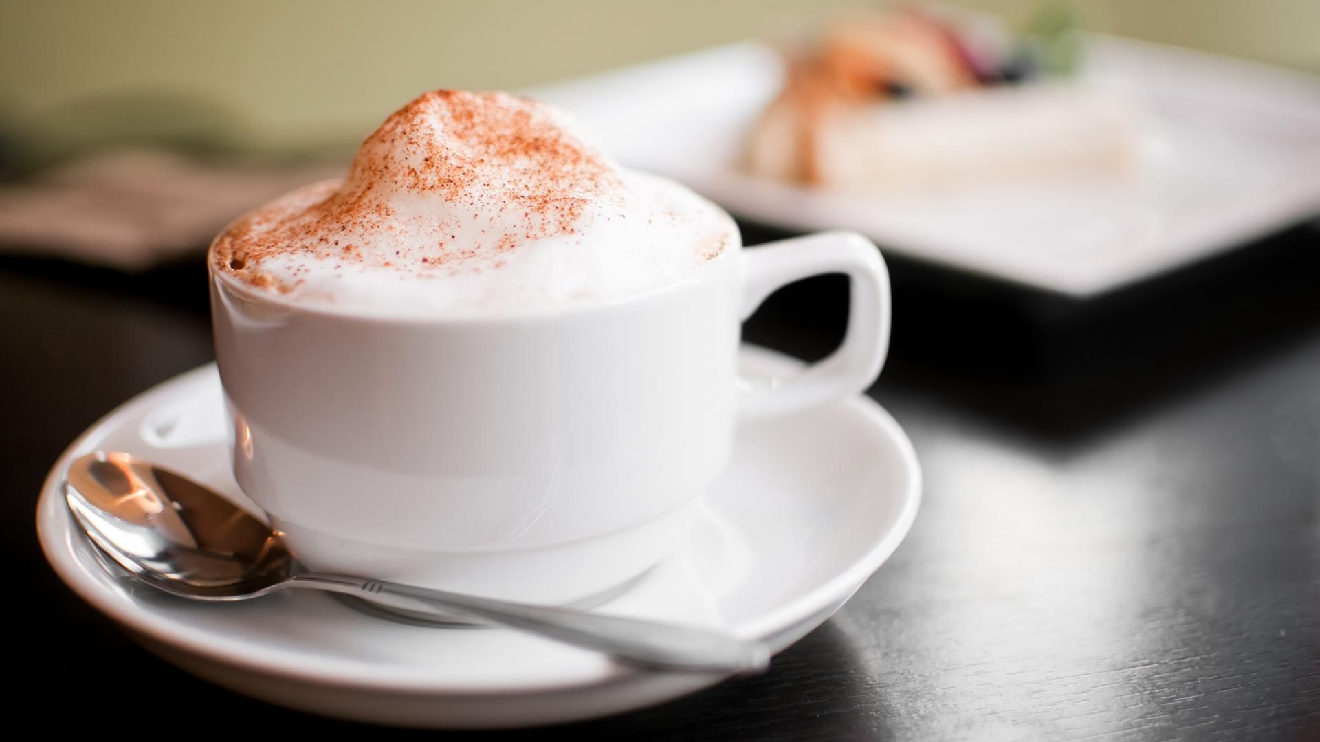 Кофе в белой чашке анонимно